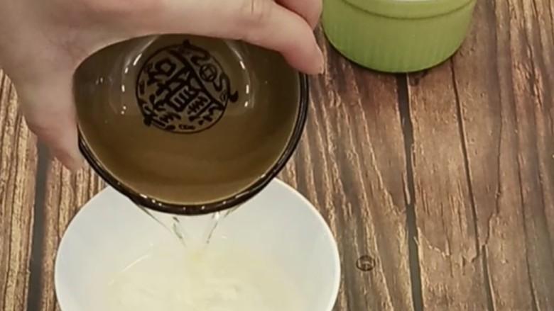 虎皮蛋糕卷,再来开始做蛋糕卷部分。取一容器倒入纯净水和油,用蛋抽搅拌,直到液体里看不到油花为止