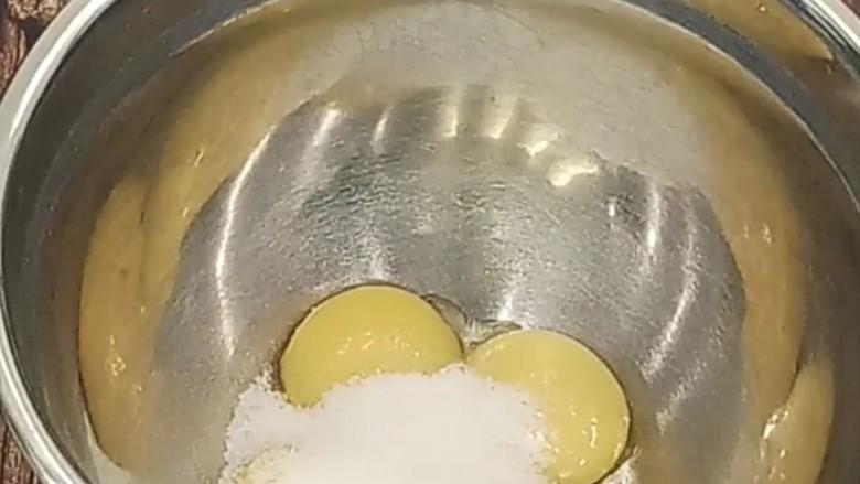 虎皮蛋糕卷,首先做虎皮部分。无水无油的打蛋盆中倒入4个<a style='color:red;display:inline-block;' href='/shicai/ 15'>蛋黄</a>和30克糖,用电动打蛋器打到浓稠,颜色微微发白