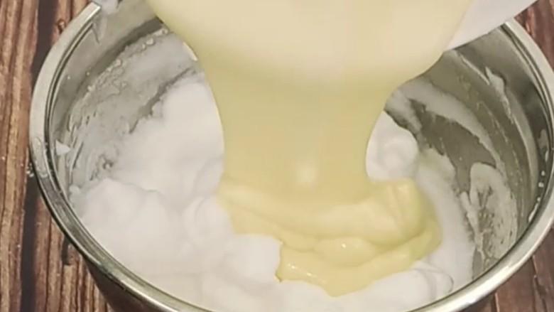 虎皮蛋糕卷,拌好后再倒回蛋白糊中,翻拌匀