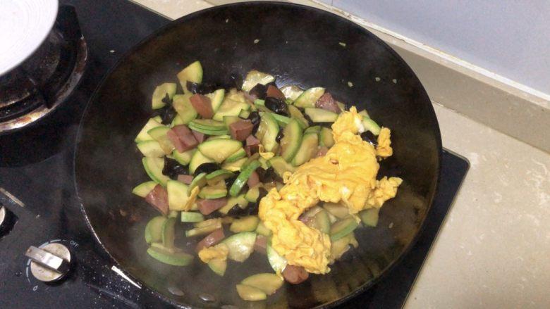 西葫芦炒火腿,加入之前炒好的鸡蛋