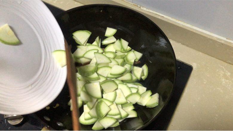 西葫芦炒火腿,再加入西葫芦块翻炒均匀