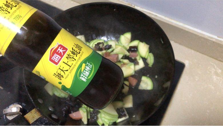 西葫芦炒火腿,少许蚝油