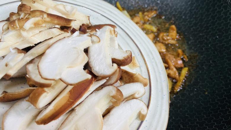 香菇炒肉片,倒入香菇片