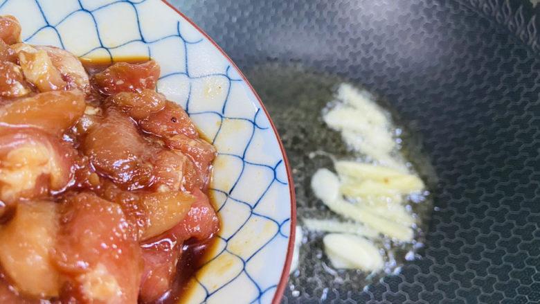 香菇炒肉片,倒入腌制后的瘦肉片