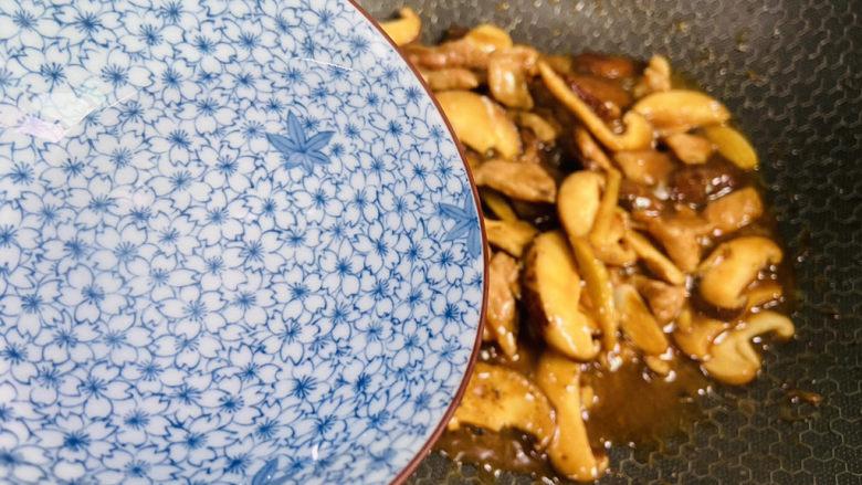 香菇炒肉片,淋入小半碗热水翻炒至熟