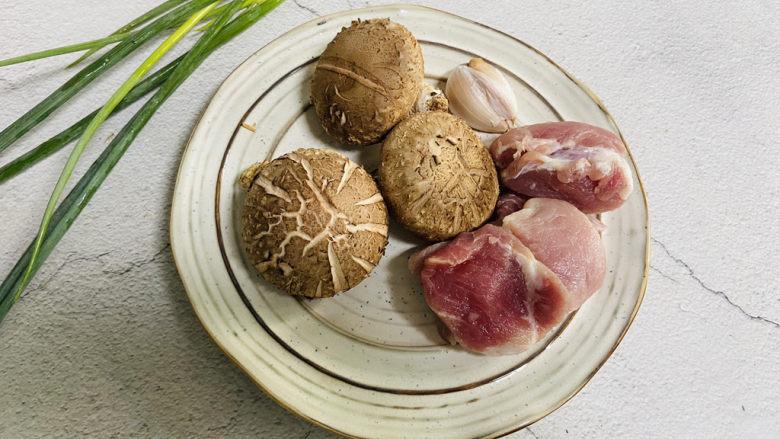 香菇炒肉片,准备好食材