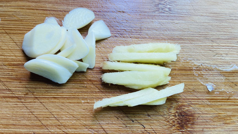 香菇炒肉片,蒜片、姜丝
