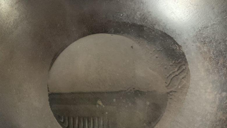 香菇炒肉片,放油