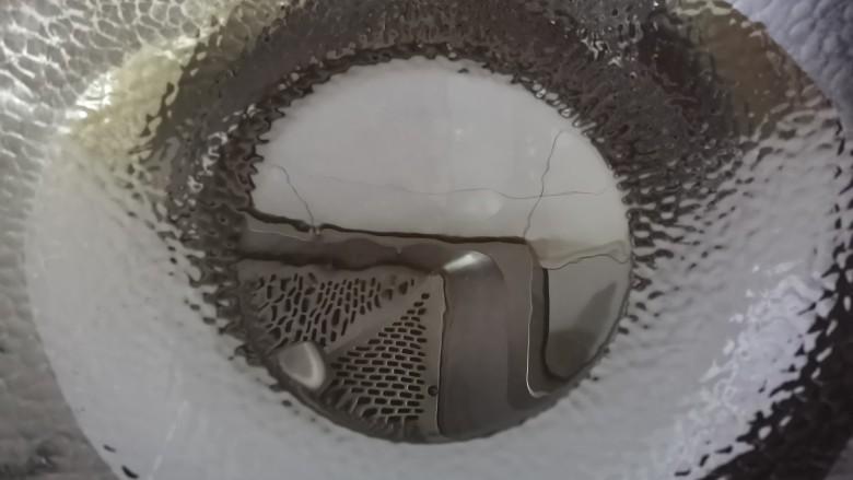 西葫芦炒火腿,热锅倒入适量的油