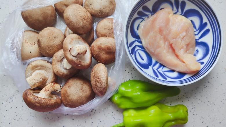 香菇炒肉片,首先我们准备好所有食材
