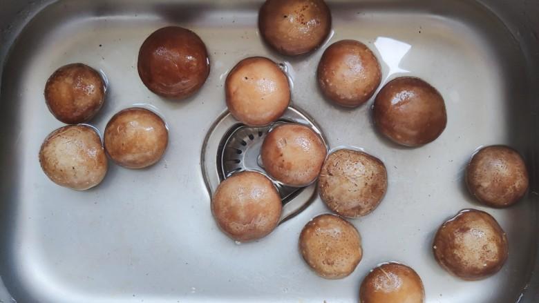 香菇炒肉片,香菇去蒂,清水内浸泡片刻