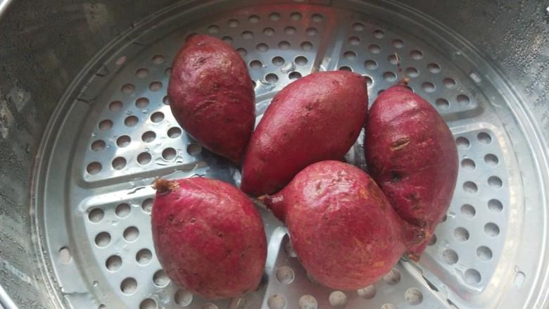 紫薯玫瑰花卷,早晨蒸紫薯没有人吃就用紫薯合面做玫瑰花卷。