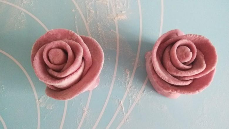 紫薯玫瑰花卷,整理一下花瓣。