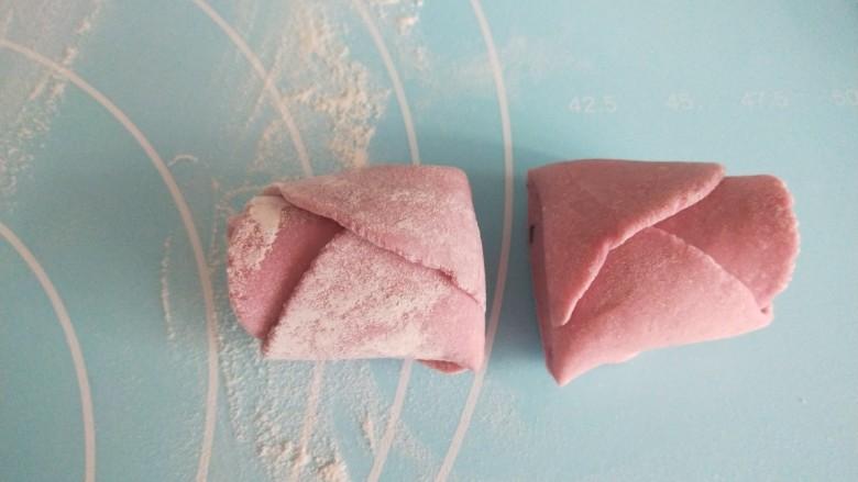 紫薯玫瑰花卷,中间切开分成两个。