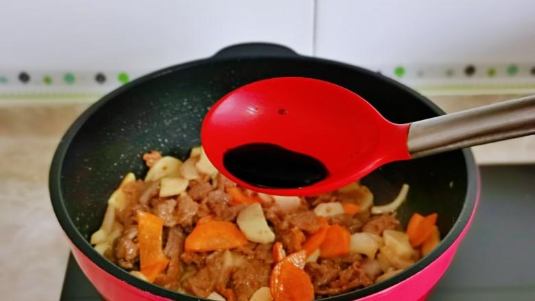 香菇炒肉片,加入1勺生抽。