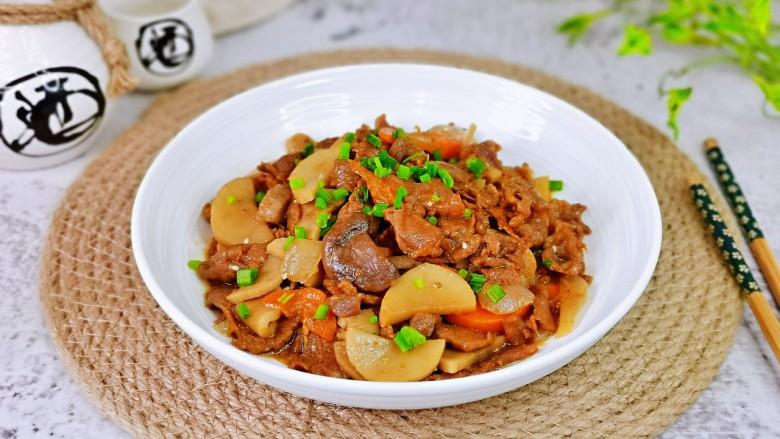 香菇炒肉片,盛出装盘撒上葱花。