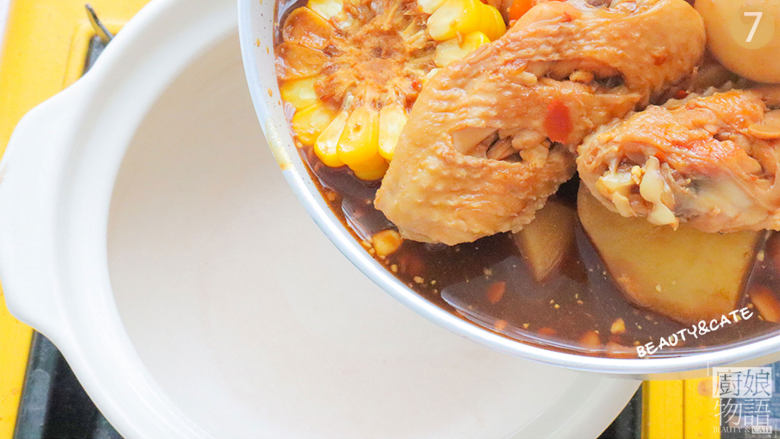 天热没食欲?那你一定要试试这份专治没胃口的香辣鸡翅煲!,烧开后把全部食材倒入砂锅中,开小火继续焖煮20分钟