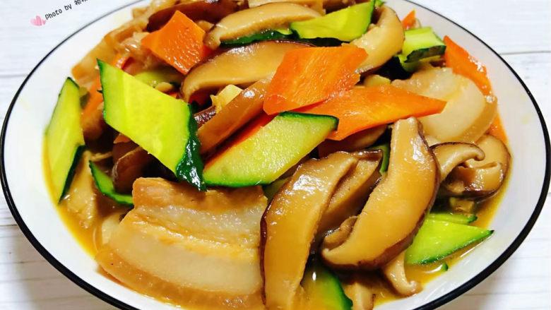 香菇炒肉片,营养丰富的香菇炒肉片装入盘中就大功告成了