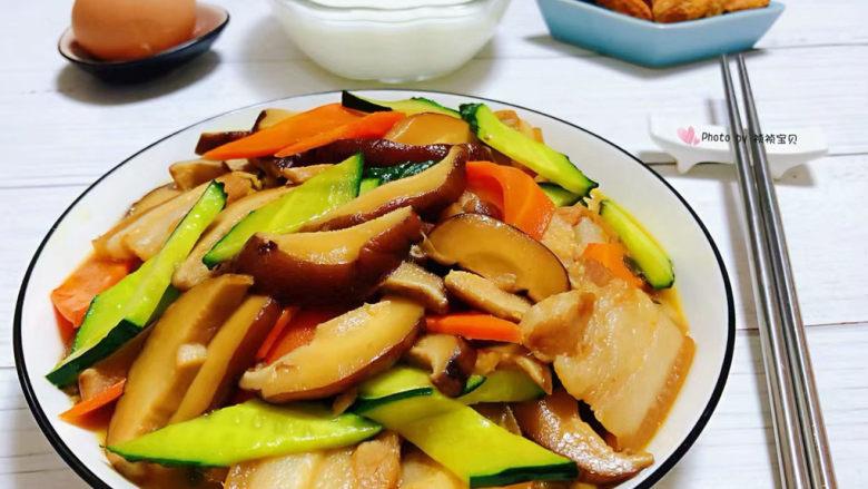香菇炒肉片,搭配一碗鲜牛奶、鸡蛋、坚果营养爆棚