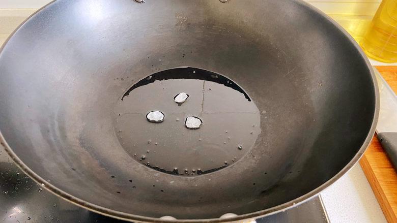 鸡腿炖土豆,油烧热放冰糖,冰糖基本融化的时候放入鸡块。