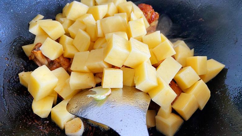 鸡腿炖土豆,加入土豆块翻炒均匀。