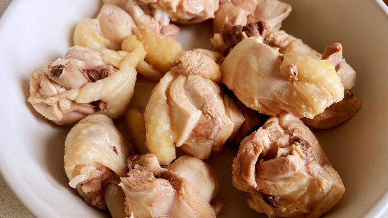 鸡腿炖土豆,中午就我和宝宝吃饭,做多了吃不了,也就剁了一个鸡腿。焯好的鸡块捞出沥水。
