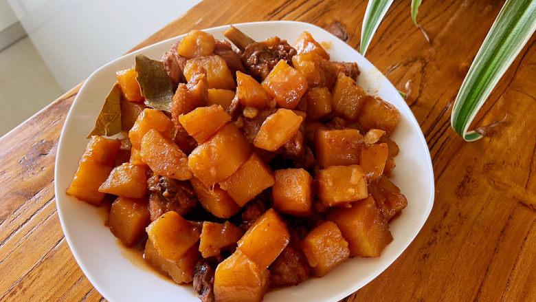鸡腿炖土豆,炖到汤汁浓稠,用筷子扎鸡块,一扎就透,说明鸡肉熟了,就可以盛出来了。