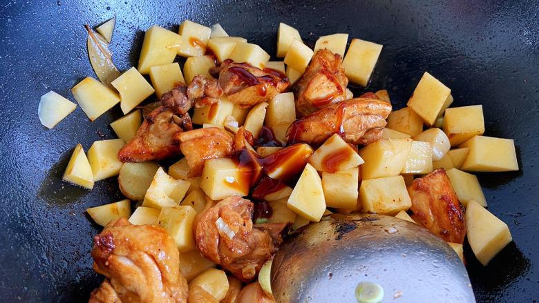 鸡腿炖土豆,倒入一点<a style='color:red;display:inline-block;' href='/shicai/ 721'>蚝油</a>提鲜,不用加鸡精之类,我本身不喜欢味精、鸡精的味道。