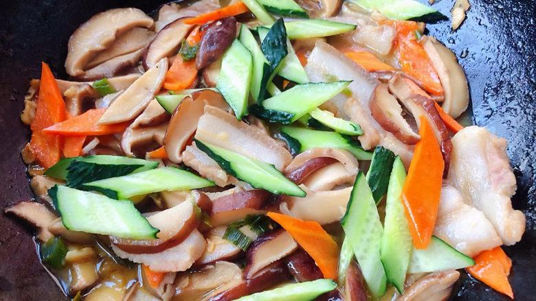 香菇炒肉片,放入黄瓜也可以添加适量清水或高汤炒出的味道更佳