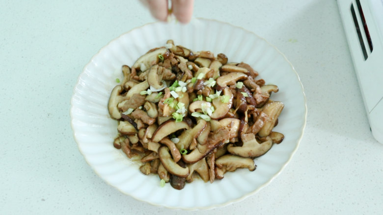 香菇炒肉片,最后撒上一些葱花,美味好吃的香菇炒肉就做好了