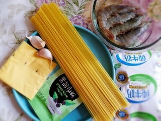 蒜香芝士虾仁意面,准备主要食材。