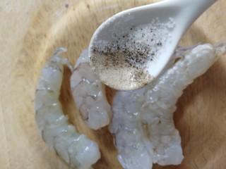 蒜香芝士虾仁意面,明虾去头去皮,开背挑去虾线,清水洗净,厨房纸吸干水份,少许盐和黑胡椒粉腌制几分钟入味。