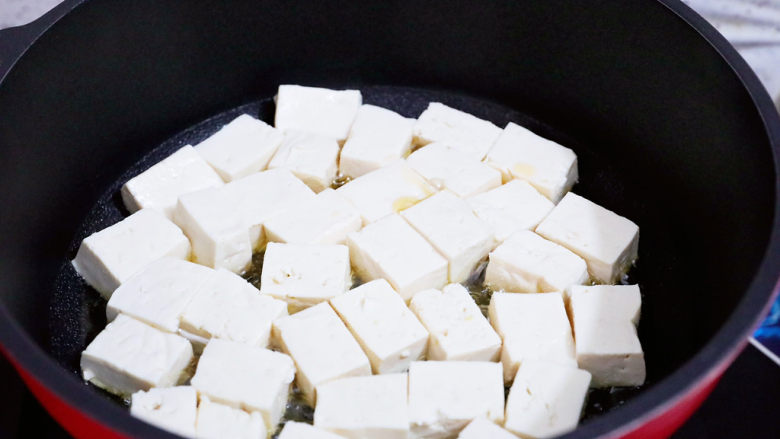 番茄烧豆腐,锅中倒入适量的食用油烧热,放入豆腐