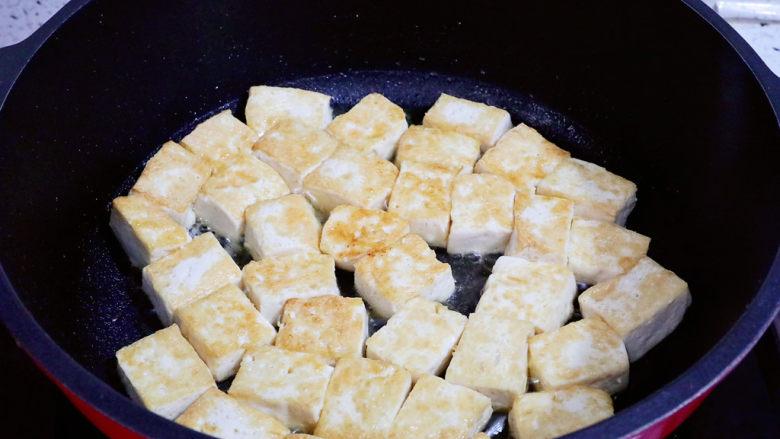 番茄烧豆腐,中小火煎至两面金黄色