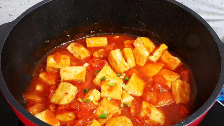 番茄烧豆腐,出锅前撒上葱花即可