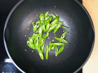 泡椒猪肝,加入辣椒煸炒出辣味
