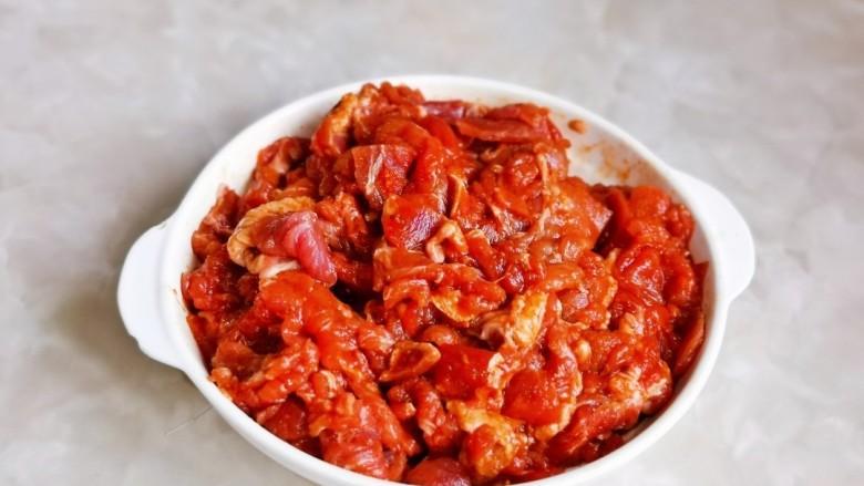 香菇炒肉片,戴上食品手套,抓拌均匀。