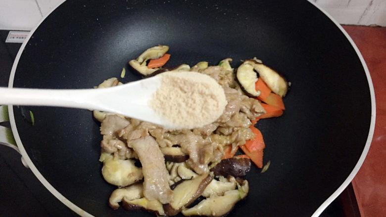 香菇炒肉片,加入鸡精