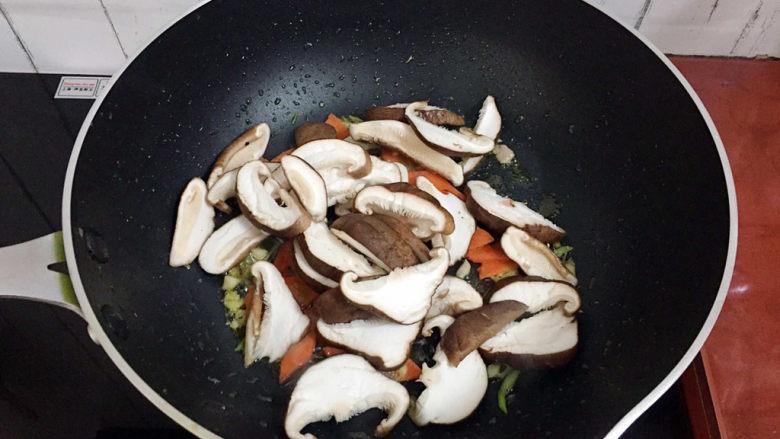 香菇炒肉片,加入香菇翻炒至变软