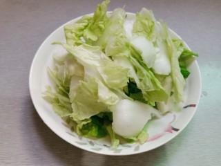 手撕白菜炒肉片,用手撕成片状