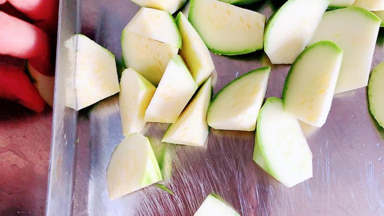 西葫芦炒火腿,西葫芦滚刀切成块儿状。