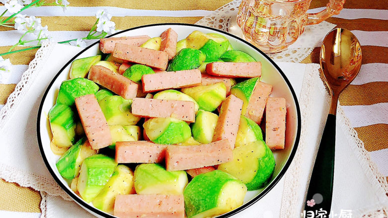 西葫芦炒火腿,一盘口感嫩滑的西葫芦炒火腿就上桌了!