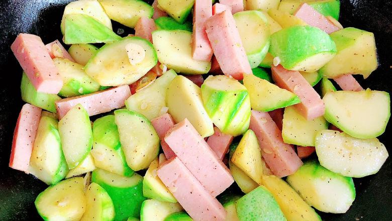 西葫芦炒火腿,翻炒2-3分钟,蔬菜入味即可出锅了。