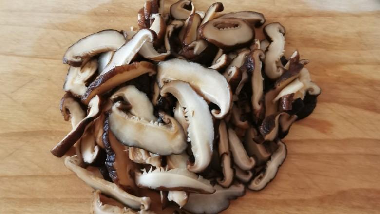 香菇炒肉片,切片