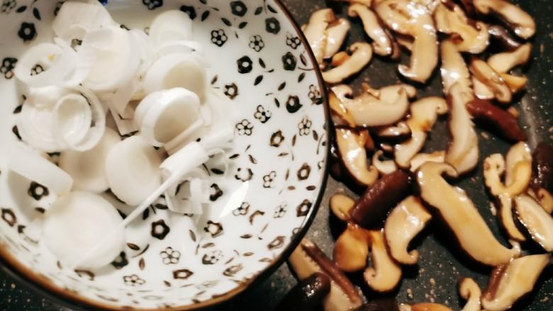 香菇炒肉片,放入葱 增香