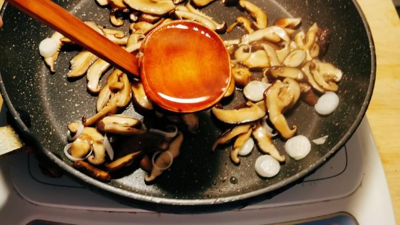 香菇炒肉片,倒入适量泡蘑菇的水