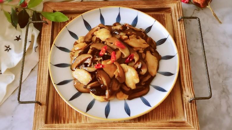 香菇炒肉片,出锅装盘 香气四溢
