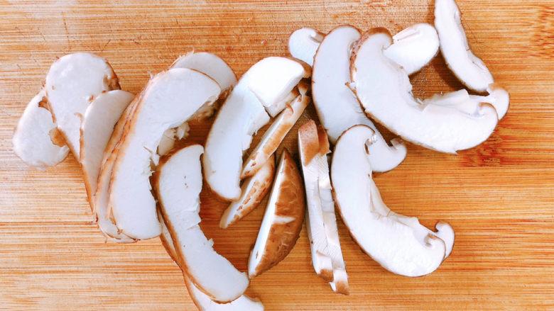 香菇滑鸡粥,香菇切成片。