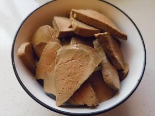 泡椒豬肝,煮過的豬肝用清水沖洗幾遍,切片備用