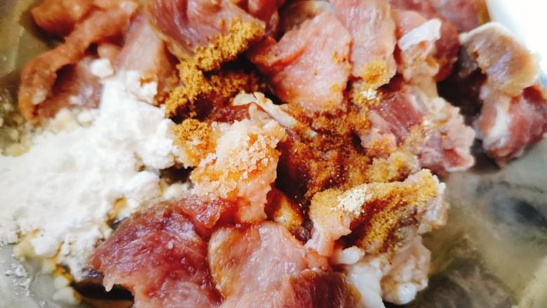 香菇炒肉片,加适量食用油,淀粉,盐,五香粉,料酒,胡椒粉生抽搅拌均匀备用